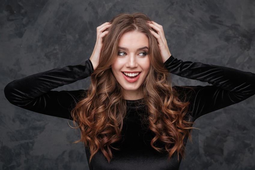 Demoiselle cheveux chatains extensions bouclées